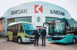Andreas Haller, Vorstand der Quantron AG, und Muzaffer Arpacıoğlu, stellvertretender Generaldirektor von Karsan Commercial Affairs mit Karsan-Kleinbus Jest Electric und Bus Atak Electric (von links).