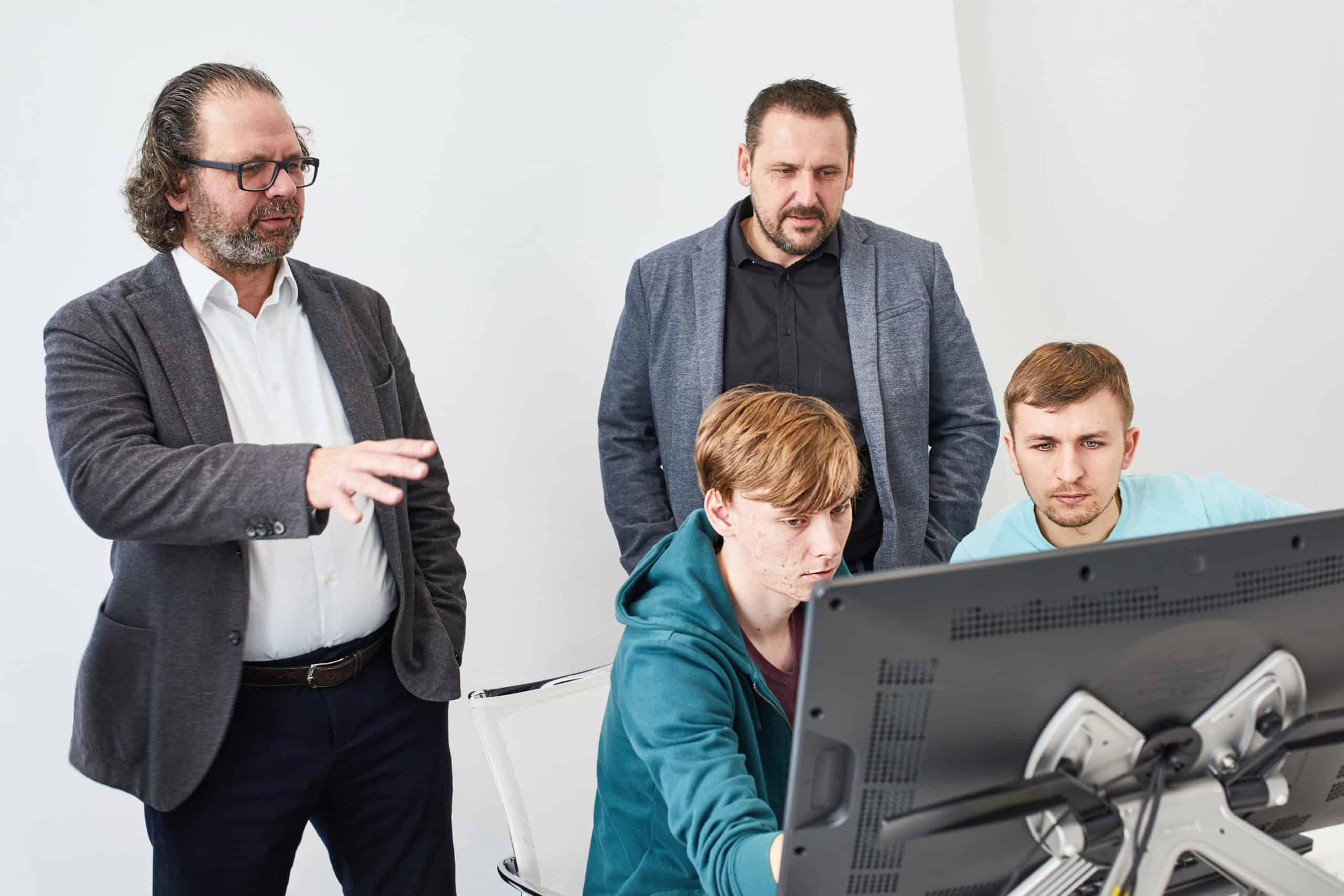 Bei einem Workshop in der Designabteilung von ŠKODA in Mladá Boleslav trafen die Teilnehmer den Chefdesigner von ŠKODA, Oliver Stefani, und brachten mit ihm und seinem Team ihre ersten Ideen auf Papier.