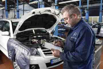 Service in einer Mercedes-Benz-Werkstatt.