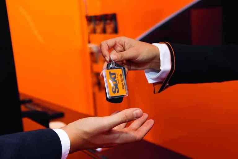Schlüsselübergabe für einen Mietwagen.