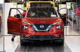 """Nach etwa drei Monaten Stillstand bedingt durch die Ausbreitung des Corona-Virus hat das Nissan Werk in Sunderland heute seine Fahrzeugproduktion wieder gestartet. Als erstes Auto lief ein neuer Nissan Juke vom Band. Um die sichere Rückkehr der Mitarbeiter zu gewährleisten, wurden im Vorfeld zeitintensive Vorbereitungen durchgeführt. Insgesamt 5.000 Prozesse im Werk wurden einer strengen Risikobewertung unterzogen, um sicherzustellen, dass die Gesundheit der Mitarbeiter nicht gefährdet werden kann. Alan Johnson, Nissan Vice President für die Fertigung in Großbritannien, sagt: """"Es ist großartig zu sehen, dass im Werk wieder Autos vom Band rollen, darunter auch der neue Nissan Juke. Es spricht für die Fähigkeiten und das Engagement des Teams, dass es uns gelungen ist, das Werk unter der Einhaltung strikter Sicherheitsmaßnahmen wieder in Betrieb zu nehmen."""" Zu den verbesserten Sicherheitsmaßnahmen gehört die Installation neuer Trenneinheiten zwischen den Mitarbeitern, wie Schirme, Barrieren und Trennwände. Zudem wurde ein neues Ein-Weg-System auf dem gesamten Gelände eingeführt. Die Ruhezonen wurden neu gestaltet und die Pausenzeiten neu geplant, um den Sicherheitsabstand wahren zu können und gemeinsame Kontaktpunkte zu verringern. Das Personal wurde darüber hinaus mit einer Sicherheitsausrüstung ausgestattet. Da die Fahrzeuge an Kunden in ganz Europa ausgeliefert werden sollen, wurden im Einklang mit den Empfehlungen der Regierung neue Gesundheits- und Sicherheitsmaßnahmen im gesamten Händlernetz eingeführt. Dazu gehören Anleitungen zur Einhaltung des Sicherheitsabstands, zusätzliche Sicherheitsausrüstung und die Einführung von Hygienevorschriften. Durch die erfolgreiche Umsetzung dieser Vorschriften hat Nissan mehr als 95 Prozent seines Händlernetzes in ganz Europa vollständig öffnen können. Ausstellungsräume im Baltikum, Weißrussland, Belgien, Dänemark, Frankreich, Finnland, Deutschland, Italien, Luxemburg, den Niederlanden, Norwegen, Polen, Schweden, der Schweiz un"""