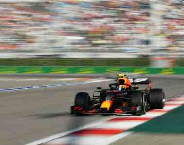 Max Verstappen im Red-Bull-Formel-1-Fahrzeug mit Honda-Motor.