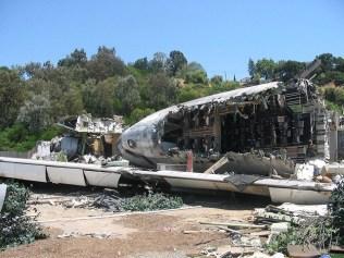 Ein Flugzeugwrack in den Universal Studios.