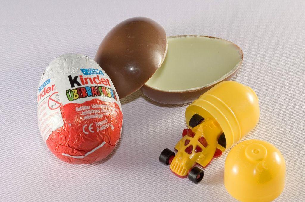 Schokoladenei mit gelbem, ungeniessbarem Plastikklumpen.