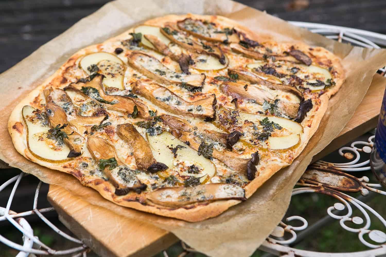 Flammkuchen mit Pilzen, Birne und Blauschimmelkäse