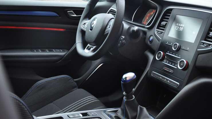Renault-Megane-GT-Line-2016-Innenraum-Fahrersitz-Cockpit