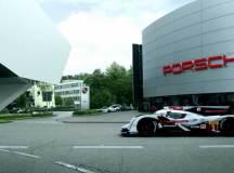 Porsche kehrt zu den 24h von Le Mans zurück. Audi begrüßt sie auf sein ganz spezielle Art. Bild: Audi