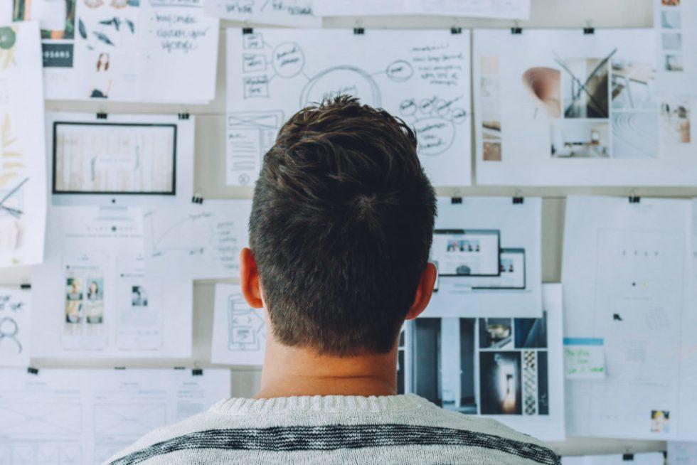 Mann steht vor einem Projektboard. Coaching Zürich
