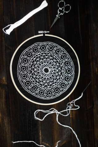 sticken-embroyding-stitching-schwarz-weiss-black-white-mandala-adventure-nature-blackwork-6