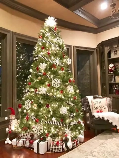 Holiday And Christmas Decorating Ideas On A Tight Budget - Colorful christmas tree decor ideas