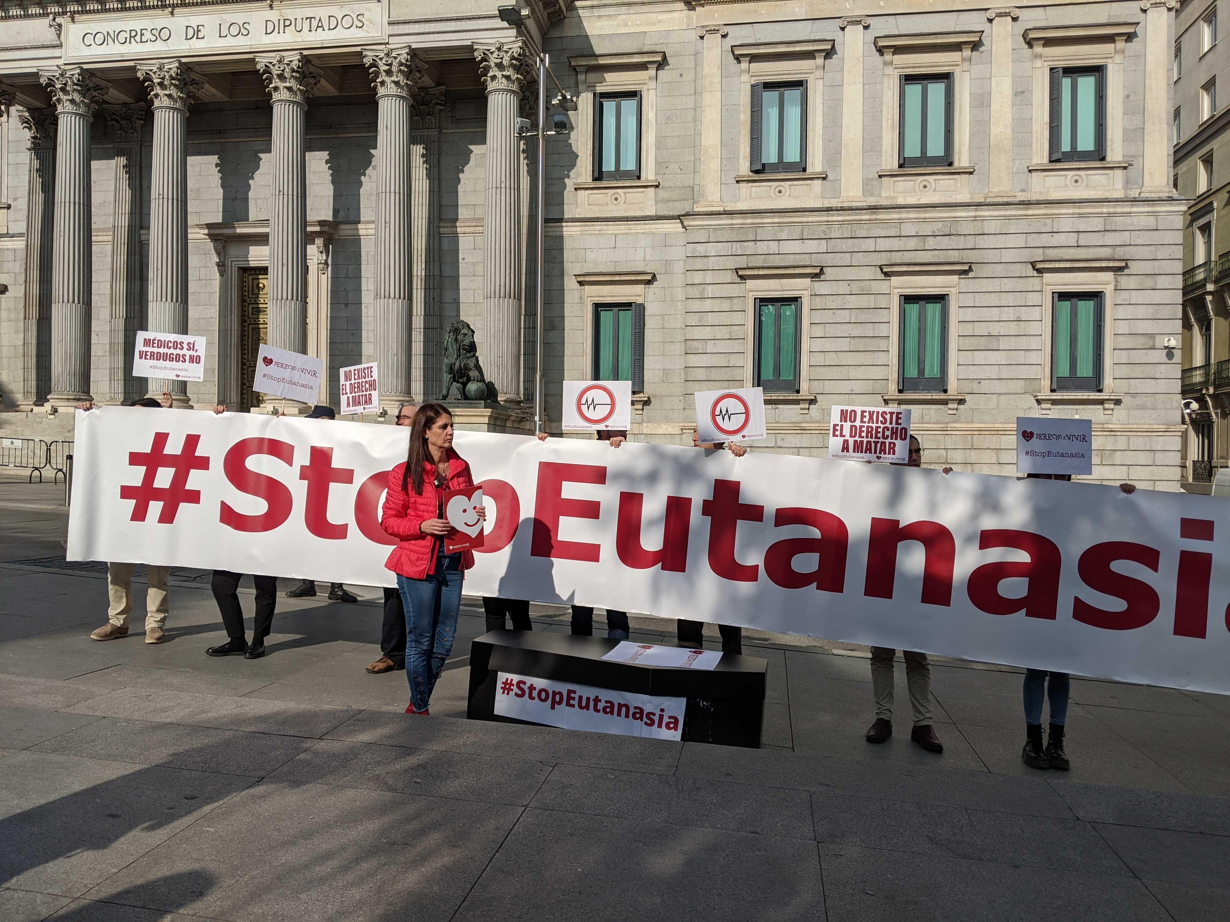 Derecho a Vivir se concentró contra la ley de eutanasia frente al Congreso de los Diputados