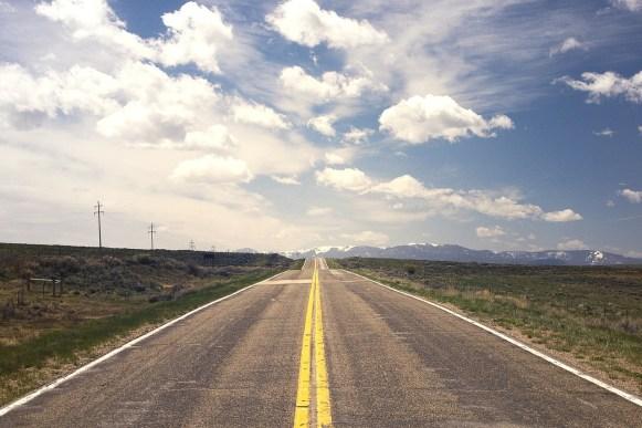Carretera con destino al horizonte