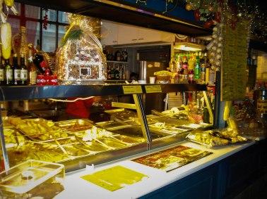 Puesto de comida en mercado en Budapest