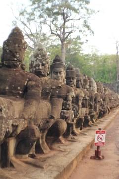 Las Devas o Dioses en el la entrada Sur de Angkor Thom