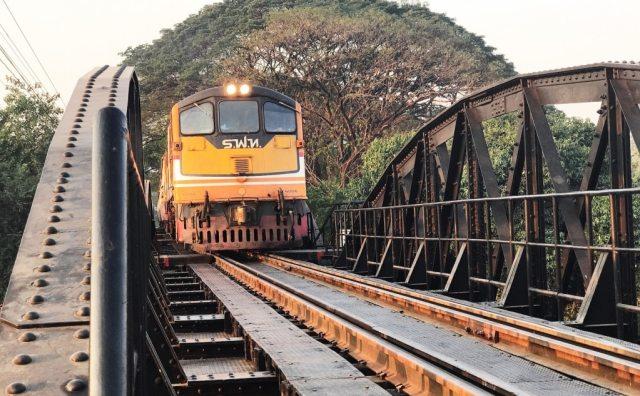De trein rijdt er nog steeds over heen, dit is dus de Death Railway.
