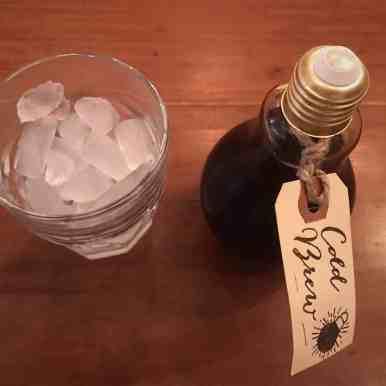 Deze Iced Coffee wordt geserveerd vanuit een gloeilamp! Leuk voor alle Eindhovense koffietentjes #lightbulbcoldbrew