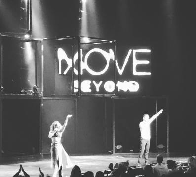 """Thank you @juleshough and @derekhough for putting on such a beautiful show! My heart is full ❤️😍. #moveliveontour #juliannehough #derekhough #fortheloveofdance #dance"" Courtesy dumbbells_n_laughter ig"
