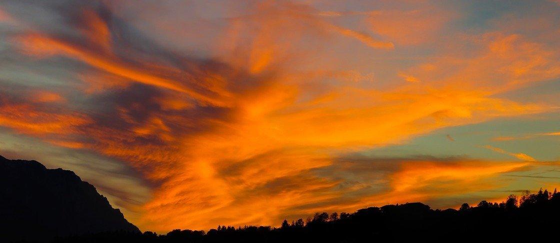 Ein rot-orangener Himmel.
