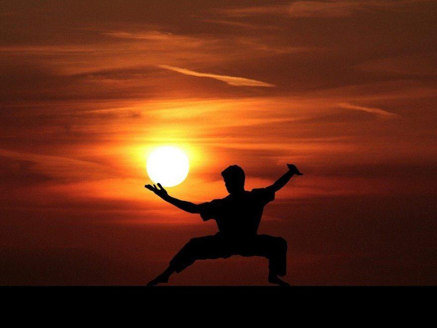 Eine Person praktiziert Kampfsport während des Sonnenuntergangs
