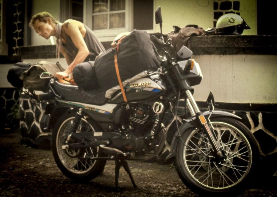 Ein kleines Honda Motorad mit Taschen beladen.