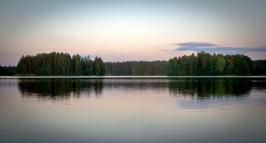 Abendstimmung an einem finnischen See.
