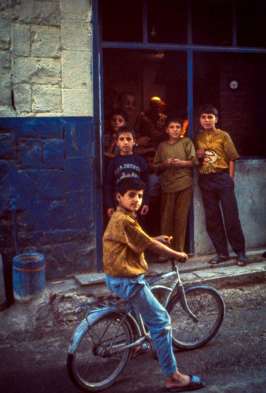 Strassenszene: Kinder vor einem kleinen Laden