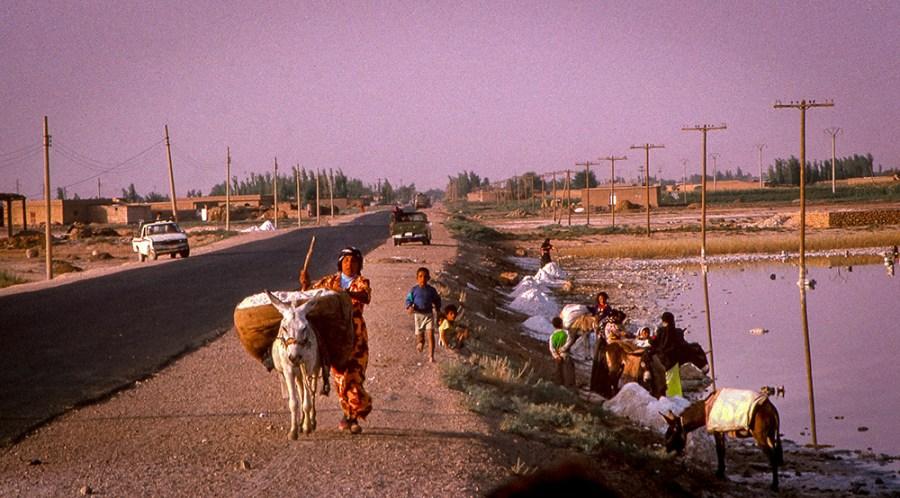 Strasse, Esel tragen Salz, Salzhaufen, Saline, Salzhaufen, Stromleitungen