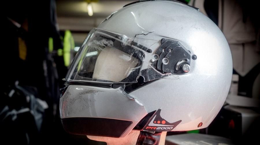 Helm mit geborstenem Kinnschutz