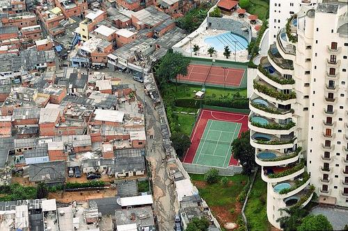 estrema povertà affiancata ad estrema ricchezza in uno stesso luogo geografico