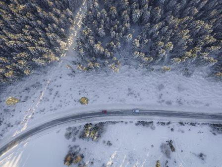 Bovenaanzicht van een besneeuwde weg