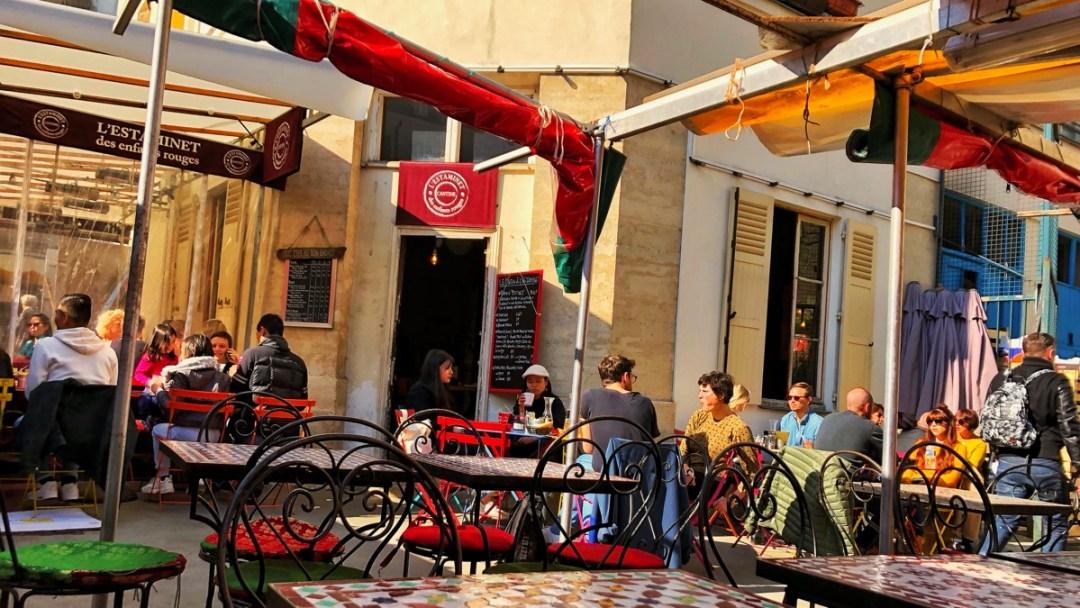 Kaffee trinken in Paris mitten im Markt: Marche des enfants rouges