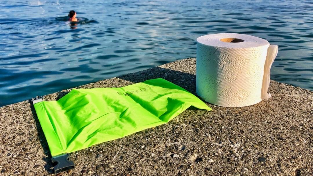 Wertsachen mit einem wasserdichten Beutel so ins Wasser mitnehmen, damit sie sicher sind und trocken bleiben.