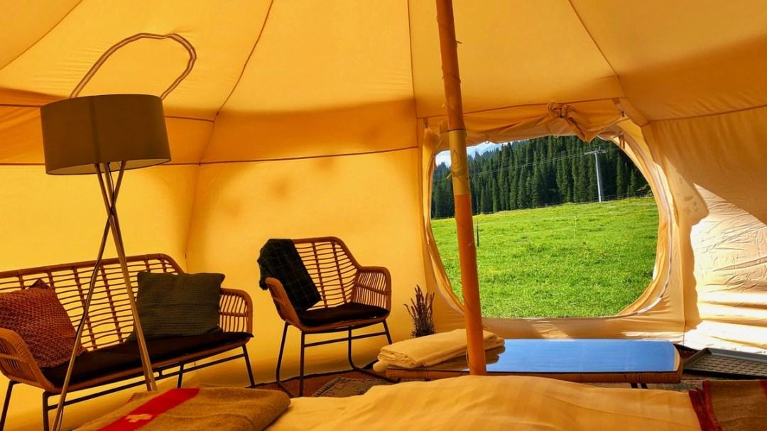 Einblick in ein TCS-Glamping-Zelt auf der Alp Plaun oberhalb von Laax