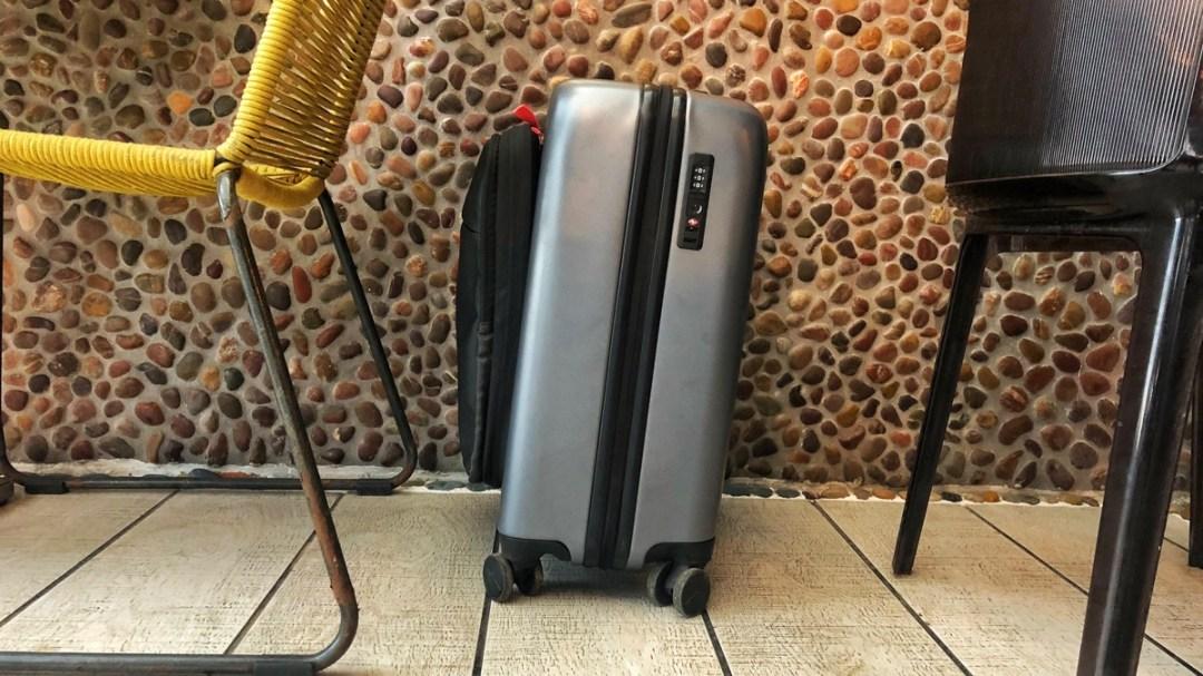 Leichte Neigung verleiht dem Koffer Jey&Em Stabilität. Produkte-Test und Blogbeitrag der Internaut