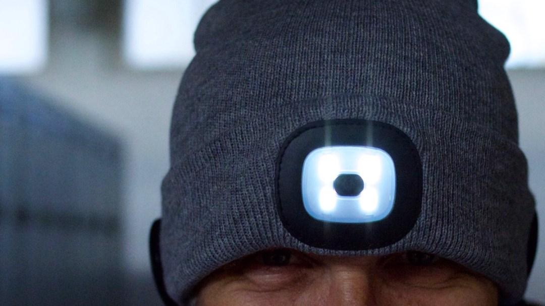 Kappe mit LED-Licht, eingebautem Kopfhörer und Bluetooth-Telefonie.