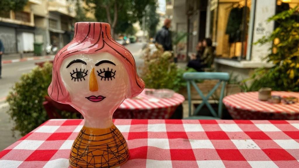 Souvenir aus dem Quartier Gan Hahashmal, Kerzenständer aus Porzellan mit Frauenkopf.