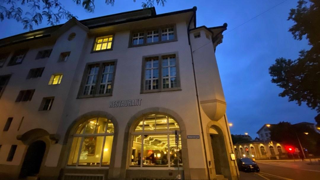 Restaurant Volkshaus Helvetiaplatz Zürich, Aussenaufnahme bei Nacht, Reiseblog derinternaut.ch