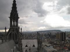 Nebenturm der Basilika in Quito