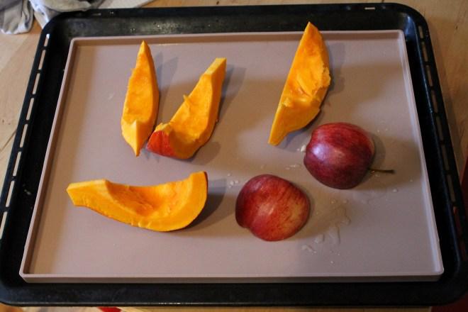 Füllung für die Zimt-Knoten: Hokkaido-Kürbis, ein Apfel, Butter und Zucker!