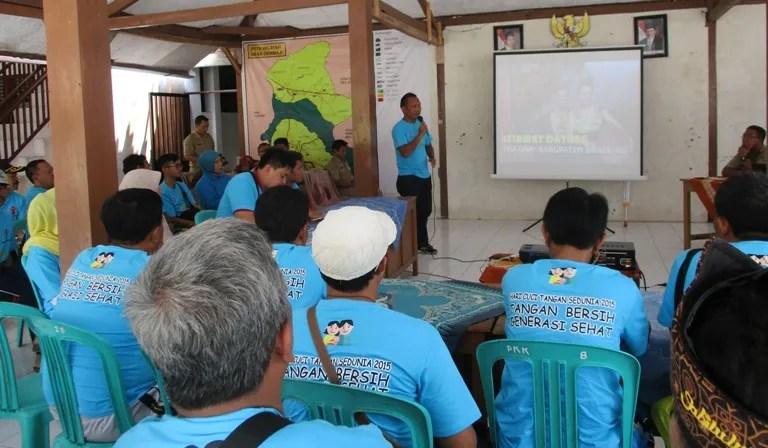 Kabid Pemerintahan Desa BPMPD Kabupaten Bandung sedang memberikan sambutan pengantar kunjungan belajar para Kepala Desa dari Kabupaten Bandung