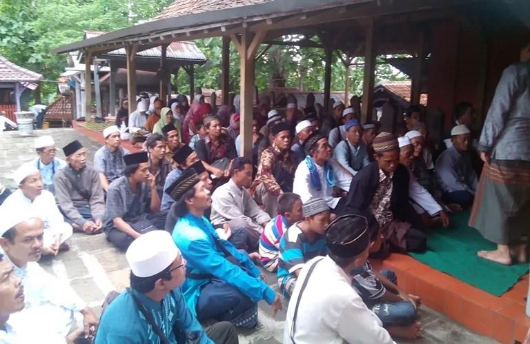 Rombongan ziarah dari Desa Dermaji saat berada di Makam Sunan Gunungjati Cirebon
