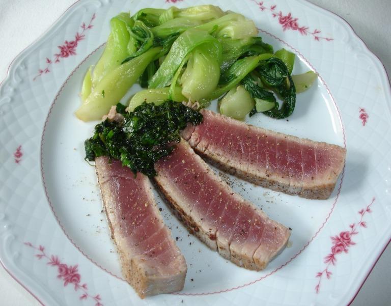 Thunfischsteak mit Pak Choi und Korianderkrautpesto