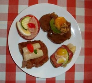 Glasierte Reh- und Hirschmedallions, mit Schinkenmousse gefüllte Tomate und Spargel mit Roastbeaf von Dallmayr
