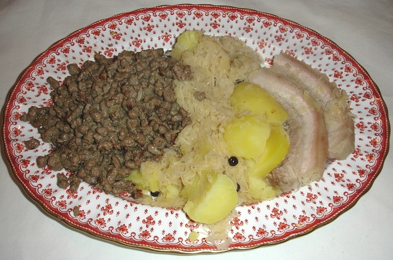 Leberspätzle und Wammerl mit Sauerkraut und Salzkartoffeln
