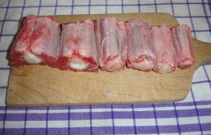 Der dünne Teil vom Ochsenschwanz in Stücke geschnitten
