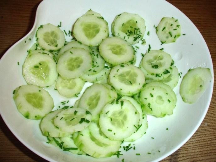 dazu passt Gurkensalat mit Schnittlauch