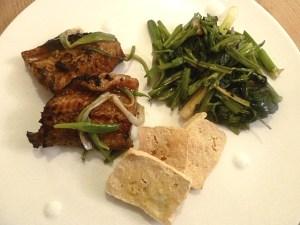 Gebratener Aal mit Wasserspinat und frittierten Tofu