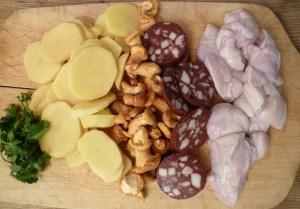 Petersilie, Kartoffelscheiben, Pfifferlinge, Blutwurst und Kalbsbries
