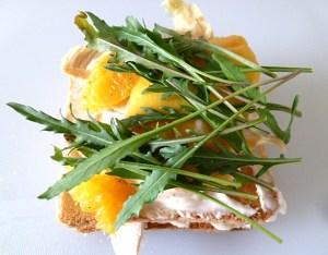 Mit Hühnerbrust, Mango, Zwiebeln und Ruccola belegt