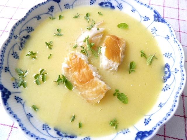 Lauwarme Kartoffelsuppe mit geräucherten Heilbutt